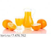 Апельсиновый сок и апельсины на белом фоне. Стоковое фото, фотограф Sanda Stanca / Фотобанк Лори