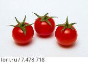 Три помидорки на белом фоне. Стоковое фото, фотограф Денис Приходько-Муханов / Фотобанк Лори