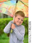 Купить «Портрет мальчика с зонтом в летнем парке», фото № 7482606, снято 15 мая 2015 г. (c) Володина Ольга / Фотобанк Лори