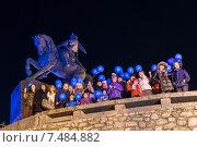 Купить «Люди с воздушными шариками у памятника, Уфа, ночь», фото № 7484882, снято 2 апреля 2015 г. (c) Владимир Ковальчук / Фотобанк Лори
