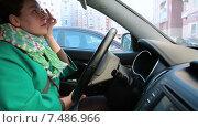 Молодая женщина водитель красит губы в автомобиле и готовится к поездке. Стоковое видео, видеограф Кекяляйнен Андрей / Фотобанк Лори