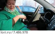 Купить «Молодая женщина водитель пристегивается ремнем безопасности в автомобиле», видеоролик № 7486978, снято 23 марта 2015 г. (c) Кекяляйнен Андрей / Фотобанк Лори