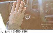 Купить «Крупный план руки водителя, женщина за рулем, солнечные лучи», видеоролик № 7486986, снято 23 марта 2015 г. (c) Кекяляйнен Андрей / Фотобанк Лори
