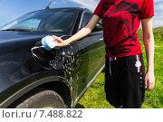 Купить «Девушка моет автомобиль мыльной губкой», фото № 7488822, снято 23 ноября 2019 г. (c) Вячеслав Николаенко / Фотобанк Лори