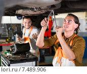 Купить «Mechanic replacing catalyst converter», фото № 7489906, снято 28 мая 2018 г. (c) Яков Филимонов / Фотобанк Лори