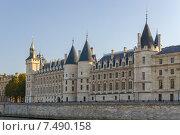 Купить «Вид на замок Консьержери в Париже, Франция», фото № 7490158, снято 1 ноября 2014 г. (c) Михаил Никитин / Фотобанк Лори