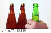 Купить «Человек откручивает крышку на зеленой стеклянной пивной бутылке», видеоролик № 7493918, снято 19 мая 2015 г. (c) Кекяляйнен Андрей / Фотобанк Лори
