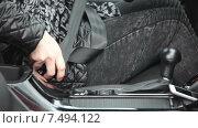 Купить «Женская рука вставляет ремень безопасности в крепление у сидения, крупный план», видеоролик № 7494122, снято 5 мая 2015 г. (c) Кекяляйнен Андрей / Фотобанк Лори