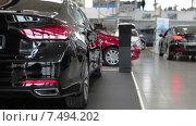 Купить «Автосалон по продаже автомобилей, шоурум», видеоролик № 7494202, снято 22 апреля 2015 г. (c) Кекяляйнен Андрей / Фотобанк Лори