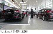 Купить «Hyundai Genesis и Elantra в автосалоне Рольф-Лахта, Санкт-Петербург», видеоролик № 7494226, снято 22 апреля 2015 г. (c) Кекяляйнен Андрей / Фотобанк Лори