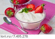 Купить «Домашний йогурт в стеклянной чаше с клубникой», фото № 7495278, снято 30 мая 2015 г. (c) Гульсинэ / Фотобанк Лори