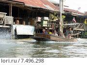 Плавучий рынок в Паттайе (Pattaya Floating market).Туристы в лодке. (2015 год). Редакционное фото, фотограф Евгений Андреев / Фотобанк Лори