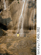 Девушка на фоне водопада Сайок Ной (Sai Yok Waterfall). Национальный парк Сай Йок, Канчанабури, Королевство Таиланд (2015 год). Стоковое фото, фотограф Евгений Андреев / Фотобанк Лори