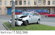 Купить «Авария на перекрестке: автомобиль такси, врезавшийся в столб», видеоролик № 7502586, снято 21 мая 2015 г. (c) Кекяляйнен Андрей / Фотобанк Лори