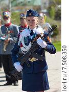 Девушка в парадной военной форме с автоматом стоит в почётном карауле (2015 год). Редакционное фото, фотограф Alexander Mirt / Фотобанк Лори