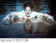 Купить «Молодая девушка в образе вампира в реке», фото № 7517138, снято 27 июля 2014 г. (c) Darkbird77 / Фотобанк Лори