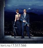 Мужчина и женщина в вечерних нарядах с автоматами в руках. Стоковое фото, фотограф katalinks / Фотобанк Лори