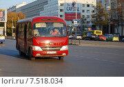 Маршрутка едет по улице (2014 год). Редакционное фото, фотограф Евгений Кузнецов / Фотобанк Лори