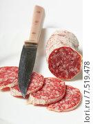 Колбаса салями и нож. Стоковое фото, фотограф Яна Королёва / Фотобанк Лори