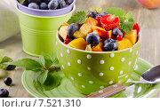 Купить «Fresh healthy fruit salad», фото № 7521310, снято 31 июля 2014 г. (c) Tatjana Baibakova / Фотобанк Лори