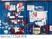 Старые объявления на синей стене (2012 год). Редакционное фото, фотограф Павел Нефедов / Фотобанк Лори
