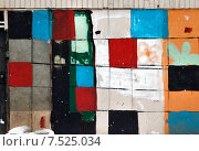 Цветные квадратные пятна на бетонном заборе. Стоковое фото, фотограф Павел Нефедов / Фотобанк Лори
