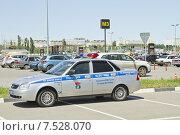 Купить «Патрульная полицейская машина припаркована на стоянке супермаркета с нарушением правил», фото № 7528070, снято 6 июня 2015 г. (c) Сергей Сергеев / Фотобанк Лори