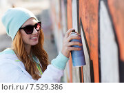 Купить «teenage girl drawing graffiti with spray paint», фото № 7529386, снято 19 марта 2015 г. (c) Syda Productions / Фотобанк Лори