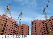 Купить «Подъёмные  краны над строящимся домом», эксклюзивное фото № 7533930, снято 8 июня 2015 г. (c) Svet / Фотобанк Лори