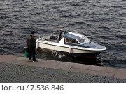 Капитан катера разговаривает с прохожим на стрелке Васильевского острова (2015 год). Редакционное фото, фотограф Ивашков Александр / Фотобанк Лори