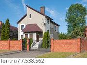 Купить «Жилой частный дом в элитном районе», эксклюзивное фото № 7538562, снято 9 июня 2015 г. (c) Svet / Фотобанк Лори