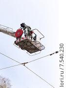 Оператор снимает с высоты в люльке передвижной пожарной автовышки. Стоковое фото, фотограф Евгений Ткачёв / Фотобанк Лори