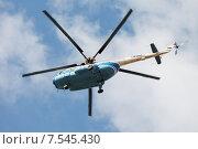 Купить «Экскурсионный вертолет в небе над городом», фото № 7545430, снято 22 августа 2019 г. (c) Vladimir Sviridenko / Фотобанк Лори