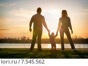 Купить «Семья стоит на берегу реки на закате», фото № 7545562, снято 11 апреля 2015 г. (c) Типляшина Евгения / Фотобанк Лори
