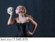 Купить «Девушка и Смерть. Блондинка с черепом на черном фоне», фото № 7545970, снято 14 октября 2012 г. (c) 1Andrey Милкин / Фотобанк Лори