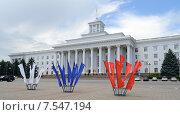 Купить «Российский триколор на фоне Дома Правительства в Нальчике», фото № 7547194, снято 12 июня 2015 г. (c) KSphoto / Фотобанк Лори