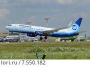 """Boeing 737 (бортовой EI-FCH) авиакомпании """"Алроса"""" вылетает из Домодедова (2015 год). Редакционное фото, фотограф Alexei Tavix / Фотобанк Лори"""