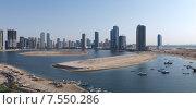 Купить «Панорама небоскребов и набережной лагуны в городе Шарджа, ОАЭ», фото № 7550286, снято 20 октября 2014 г. (c) SevenOne / Фотобанк Лори