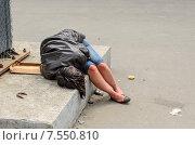 Пьяная женщина спит на улице (2015 год). Редакционное фото, фотограф Ивашков Александр / Фотобанк Лори
