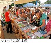 Купить «Посетители на книжной ярмарке», фото № 7551150, снято 5 июня 2015 г. (c) Павел Кулинич / Фотобанк Лори
