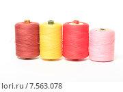 Купить «Катушки с разноцветными нитками на белом фоне», эксклюзивное фото № 7563078, снято 14 июня 2015 г. (c) Яна Королёва / Фотобанк Лори