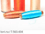 Купить «Разноцветные катушки с нитками на белом фоне», эксклюзивное фото № 7563434, снято 14 июня 2015 г. (c) Яна Королёва / Фотобанк Лори