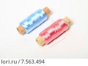 Купить «Катушки голубая и розовая с шелковыми нитками», эксклюзивное фото № 7563494, снято 14 июня 2015 г. (c) Яна Королёва / Фотобанк Лори