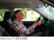Пожилой мужчина за рулем автомобиля. Стоковое фото, фотограф Яна Королёва / Фотобанк Лори