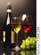 Купить «Композиция с бокалами красного и белого вина и виноградом», фото № 7564334, снято 13 мая 2012 г. (c) Виктор Топорков / Фотобанк Лори