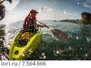 Купить «Туристка плывет на каяке в море с большим количеством брызг», фото № 7564666, снято 2 марта 2015 г. (c) Михаил Дударев / Фотобанк Лори
