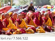 Монахи и ламы сосредоточенно слушают выступление Его Святейшества Далай Ламы 14-го на учениях Далай Ламы 7 августа 2012 года в окрестностях г.Лех в Ладакхе (северная Индия) Редакционное фото, фотограф Олег Иванов / Фотобанк Лори