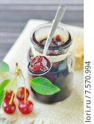 Купить «Вишневое варенье в банке», фото № 7570994, снято 13 июня 2012 г. (c) Iordache Magdalena / Фотобанк Лори