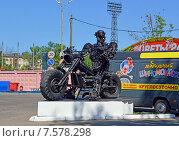 Купить «Железный байкер. Скульптура мотоциклиста, сделанная из запасных частей автомобилей, около автосервиса», эксклюзивное фото № 7578298, снято 8 июня 2015 г. (c) Александр Замараев / Фотобанк Лори