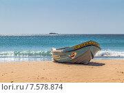 Купить «Лодка на песчаном берегу Индийского океана. Шри-Ланка. Pigeon Island Beach Resort, Nilaveli», фото № 7578874, снято 15 июня 2015 г. (c) Владимир Сергеев / Фотобанк Лори